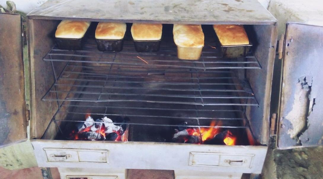 ケニアの環境保護活動宿舎で焼かれた食パン